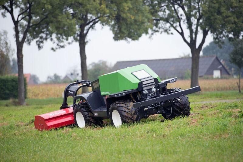 De selvkørende landbrugsmaskiner følger en GPS-rute, som landmanden har forprogrammeret via en PC. Den holder også øje med, om der dukker mennesker op på ruten. Hvis man går ud foran den, så stopper den.