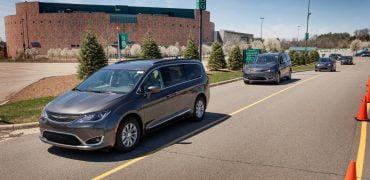 Googles chauffør i Chrysler Pacifica. Selvkørende biler.