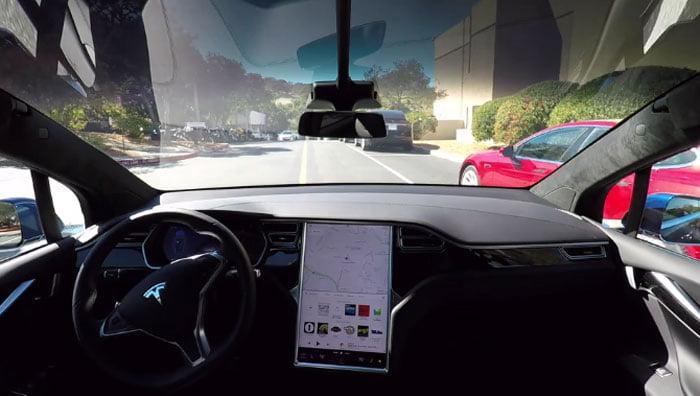 Se en Tesla køre helt af sig selv