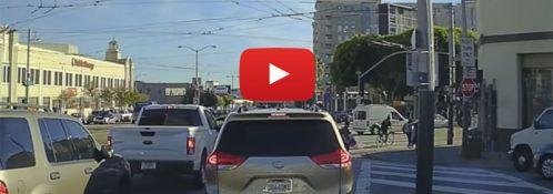 Chevy Bolt selvkørende bil igennem bytrafik