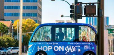 Lastvogn med chauffør bakker ind i en selvkørende bus
