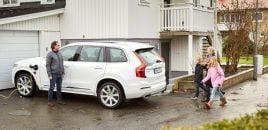 VIDEO: Volvo leverer første selvkørende bil til svensk familie