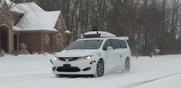 Selvkørende taxa Waymo i sne.